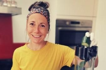 Vrouw met geel t-shirt in een keuken