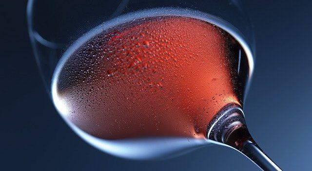 Beslagen wijnglas met rosé
