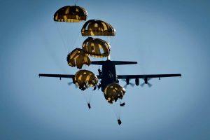 Parachutisten springen uit een Hercules-vliegtuig